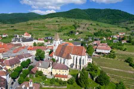 Luftaufnahme von Spitz-Zentrum rund um die Kirche mit Schloss