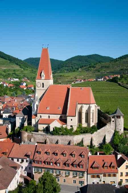 Luftaufnahme von Weissenkirchen mit Kirche und WeingŠrten.
